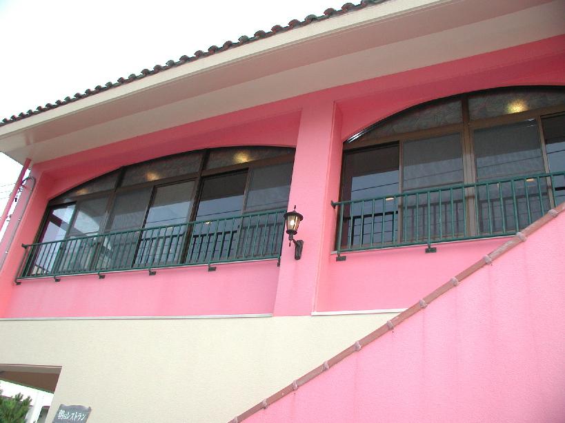 ピンク色の建物が目印です