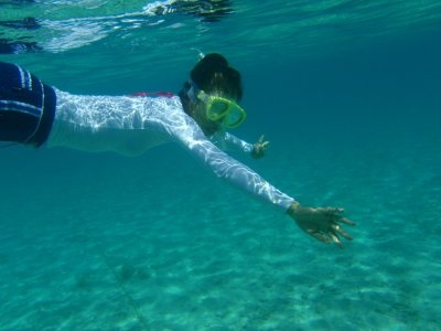 沖縄のキレイな海で泳ぐのはとっても気持ちいい!